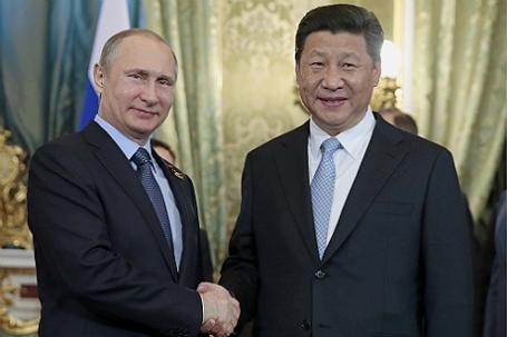Президент России Владимир Путин и председатель КНР Си Цзиньпин, прибывший для участия в праздновании 70-летия Победы в Великой Отечественной войне (слева направо), во время встречи в Кремле.