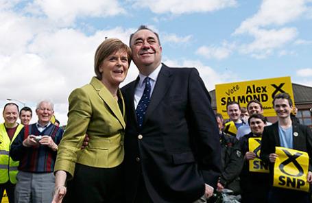 Лидер шотландских националистов Никола Старджен и  бывший лидер Алекс Салмонд в Инверури.