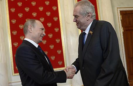 Президент России Владимир Путин и президент Чехии Милош Земан (слева направо) во время встречи в Кремле 9 мая 2015.
