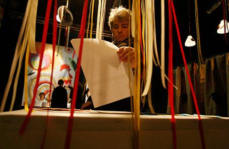 Мужчина голосует на президентских выборах в Червонаке, Польша.