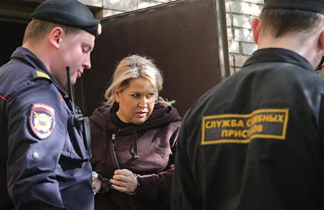 Евгения Васильева, приговоренная к пяти годам лишения свободы в колонии общего режима по делу о хищениях в  «Оборонсервисе», на выходе из здания Пресненского суда в Москве, 8 мая 2015.