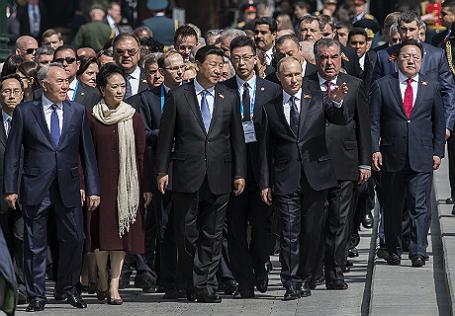 Совместное фотографирование президента РФ В.Путина с главами иностранных делегаций и почетных гостей.
