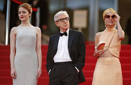 Режиссер Вуди Аллен с актрисой Эммой Стоун (слева) и Паркер Поузи (справа) в Каннах.