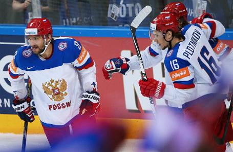 Игроки сборной России Александр Овечкин, Сергей Плотников и Виктор Тихонов (слева направо) радуются забитому голу в матче 1/2 финала чемпионата мира по хоккею между сборными США и России.