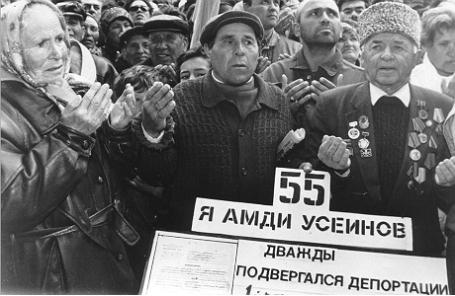 Симферополь. Многотысячный митинг крымских татар в память жертв депортации, осуществленной сталинским режимом. 1999 год
