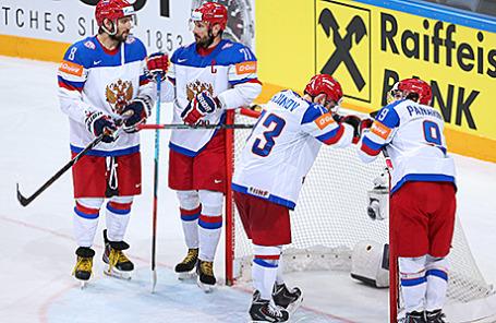 Игроки сборной России  после поражения в финальном матче чемпионата мира по хоккею между сборными Канады и России. Прага, Чехия, 17 мая 2015.