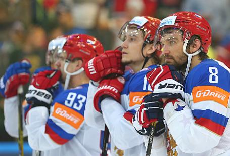 Игрок сборной России Александр Овечкин и Сергей Плотников (справа налево) после поражения в финальном матче чемпионата мира по хоккею между сборными Канады и России.