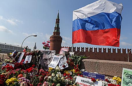 Мемориал на месте убийства политика Бориса Немцова на Большом Москворецком мосту в Москве.