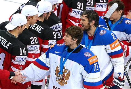 Игроки сборной России вратарь Сергей Бобровский, Александр Овечкин (слева направо) на церемонии награждения после окончания финального матча чемпионата мира по хоккею между сборными Канады и России.