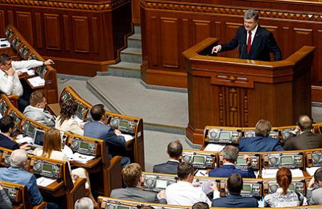 Президент Украины Петр Порошенко (справа) во время ежегодного обращения к Верховной раде Украины.