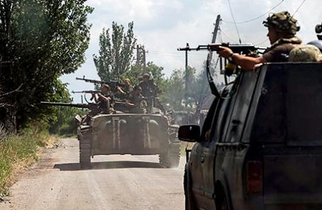 Украинские военные патрулируют район в городе Марьинка.