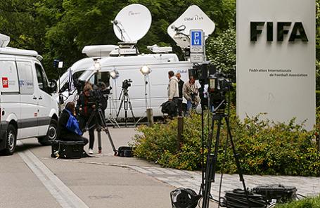У входа в центральный офис FIFA в Цюрихе.