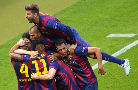 Игроки «Барселоны» радуются забитому мячу.
