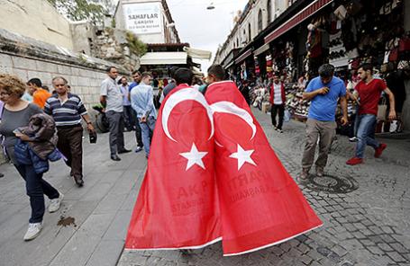 Сторонники премьер-министра Турции Ахмета Давутоглу перед его приездом в Стамбул в рамках предвыборной кампании.