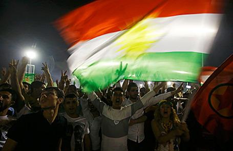 Сторонники Курдской партии НДП в Диярбакыре, Турция.