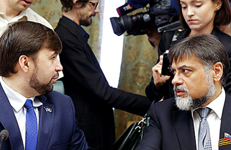 Представитель Луганской народной республики Владислав Дейнего и представитель Донецкой народной республики Денис Пушилин (справа налево).