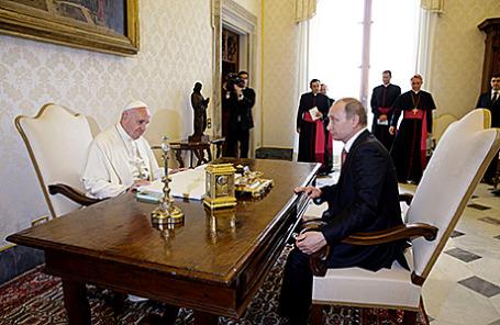Президент России Владимир Путин и Папа Римский Франциск во время встречи в Ватикане, 10 июня 2015.