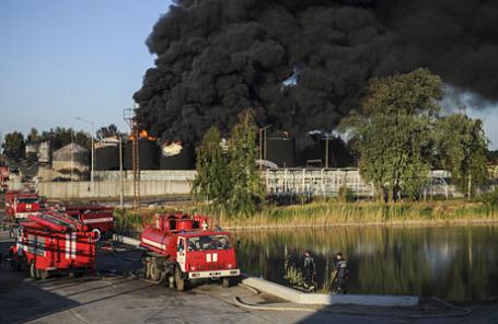 Дым над нефтебазой «БРСМ-нефть» в Васильковском районе Киевской области.