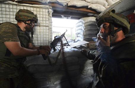Члены украинского ополчения на своей позиции под Донецком.