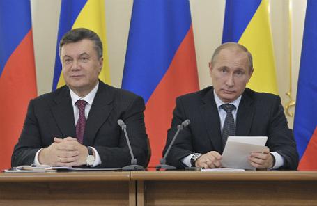 Экс-президент Украины Виктор Янукович и президент РФ Владимир Путин (слева направо) во время подписания соглашения в рамках встречи.
