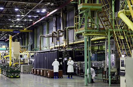 Линия по производству тепловыделяющих элементов в цехе.
