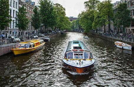 Нидерланды. Амстердам. На одной из улиц города.