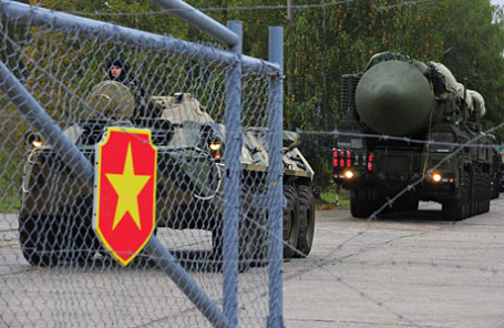 Подвижный грунтовой ракетный комплекс (ПГРК) «Ярс» с межконтинентальной баллистической ракетой РС-24 (справа)