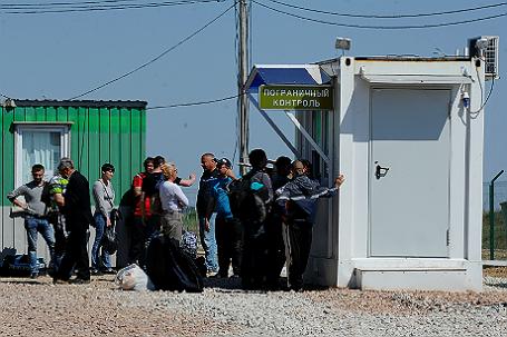 Туристы на контрольно-пропускном пункте на границе с Украиной в Джанкое (Крым).