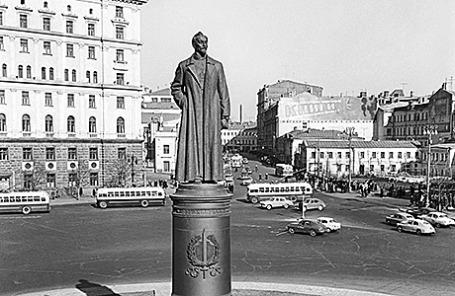 Памятник Дзержинскому Ф.Э. на Лубянской площади в Москве, 1960 год.