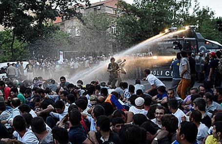 Полиция разгоняет протестующих против повышения цен на электроэнергию в Ереване, Армения, 23 июня 2015.
