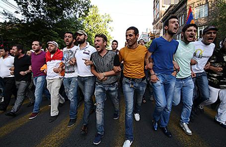 Протестующие против повышения цен на электроэнергию в Ереване, Армения.