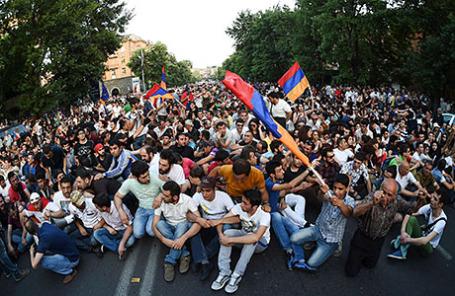 Протестующие против повышения цен на электроэнергию в Ереване, Армения, 23 июня 2015.