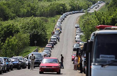 Автомобильные пробки у КПП в районе Горловки Донецкой области.