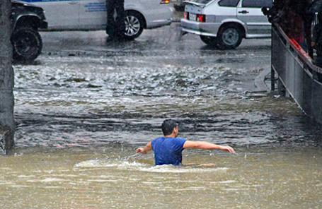 Последствие наводнения на одной из улиц города в Адлерском районе.