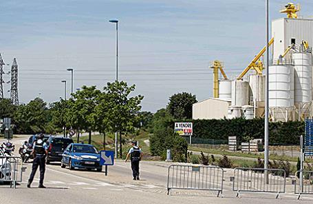 Полицейские перекрывают подъезды к заводу по производству сжиженного газа в Сен-Кентен-Фалавье, Франция, 26 июня 2015.