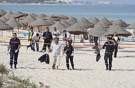 Полиция на пляже в Суссе, Тунис.