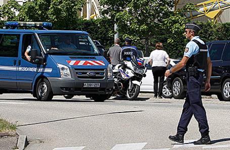 Полиция на территории завода по производству сжиженного газа в Сен-Кентен-Фалавье, Франция, 26 июня 2015.
