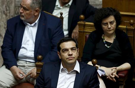 Премьер-министр Греции Алексис Ципрас и члены правительства на заседании парламента. Афины, 27 июня 2015.