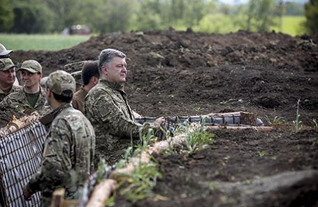 Петр Порошенко инспектирует возведение укрепления в Донецкой области.