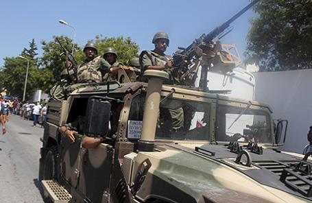 Тунисские военнослужащие прибывают на место трагедии на пляже в Суссе, где были расстреляны отдыхающие. Тунис, 26 июня 2015.