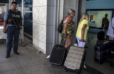 Туристы в международном аэропорту Enfidha в Сус.