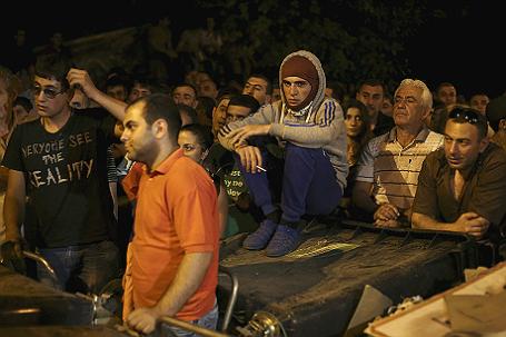 Протестующие в Ереване собрались у баррикад во время акции против повышения цен на электроэнергию.