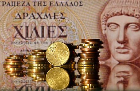 Монеты евро на фоне греческой драхмы.