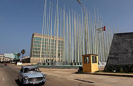 Здание представительства американских интересов в Гаване, Куба.