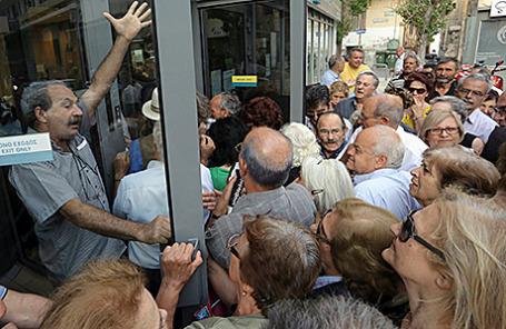 Пенсионеры в очереди в отделение Национального банка на Крите, Греция.