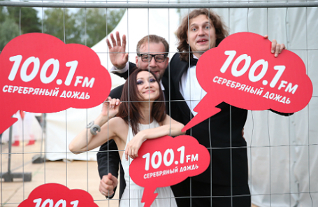 Ведущие радио «Серебряный дождь» Алекс Дубас и Виктор Набутов (слева направо) во время вечеринки, посвященной дню рождения радиостанции.