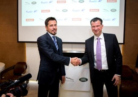 Франк Виттеманн, генеральный директор Jaguar Land Rover Россия, Беларусь, Казахстан (справа), и Александр Крылов, директор по региональным продажам «Газпром нефть»