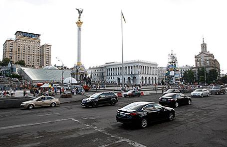Автомобили на Крещатике у площади Независимости в Киеве, Украина.