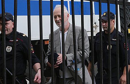 Леонид Меламед, задержанный по делу о растрате в особо крупном размере (в центре).