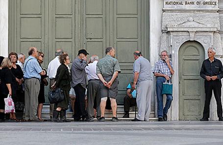 Очередь в отделение Национального банка в Афинах, Греция.